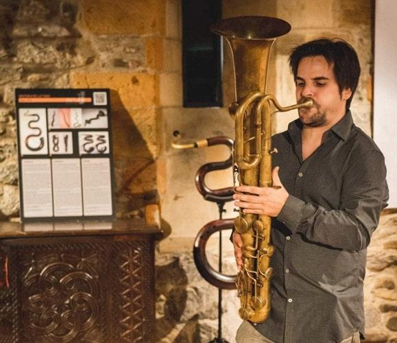 Óscar Abella tocando figle